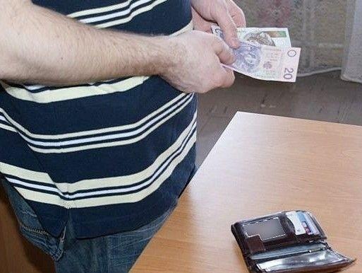 Z torby ukrytej w szafie, zginęło 250 zł
