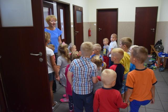 Dzieci będą musiały dłużej chodzić na zajęcia w świetlicy. Remont budynku szkoły, w którym ma być przedszkole, opóźnia się.