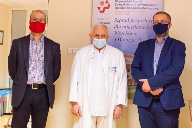 Od lewej: Radosław Jakubowski – Dyrektor ds. operacyjnych FBSerwis Wrocław, prof. dr hab. Wojciech Witkiewicz – Dyrektor Szpitala, Sebastian Howański – Wiceprezes Zarządu FBSerwis Wrocław