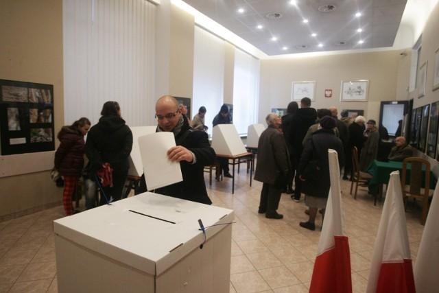 """Wybory do Sejmu, które obędą się 13 października w Wielkopolsce wygra Prawo i Sprawiedliwość - tak wynika z najnowszego sondażu przeprowadzonego na zlecenie """"Głosu Wielkopolskiego"""".Jak politycy komentują wyniki sondażu? Przejdź do kolejnego zdjęcia --->"""