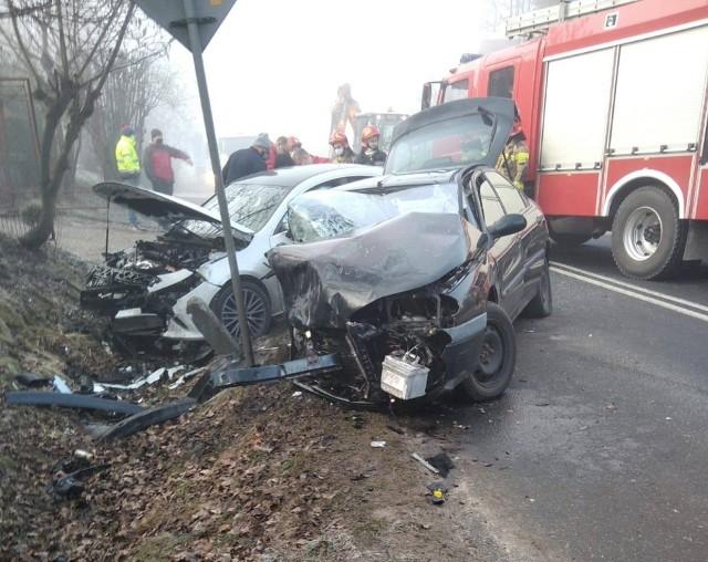 Skutki wypadku w Sierczy koło Wieliczki. Okazało się, że 25-letnia kobieta kierująca renaultem, która zjechała nagle na przeciwny pas ruchu i doprowadziła do czołowego zderzenia z mercedesem, miała w organizmie ponad promil alkoholu oraz sądowy zakaz prowadzenia pojazdów