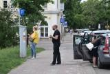 Kierowcy narzekają na kolejki do parkometrów na placu Wolności w Kielcach [ZDJĘCIA]