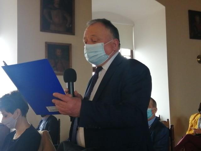 Szymon Kołacz wójt gminy Łoniów, stwierdził, że nowelizacja map powodziowych zagraża budowanemu  na terenie jego gminy, jednemu z najnowocześniejszych zakładów przetwórczych.