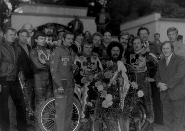 """- Prawie 40 lat temu, w 1981 roku, żużlowcy Falubazu Zielona Góra po raz pierwszy sięgnęli po złoty medal drużynowych mistrzostw Polski. Był to czas wielkich niepokojów w kraju, ale życie się toczyło. Sukcesy sportowców osładzały trudności dnia codziennego - wspomina Alicja Skowrońska, która żużel fotografuje """"od zawsze"""". Obejrzyjcie złotą drużynę Falubazu na zdjęciach Alicji Skowrońskiej >>>>"""