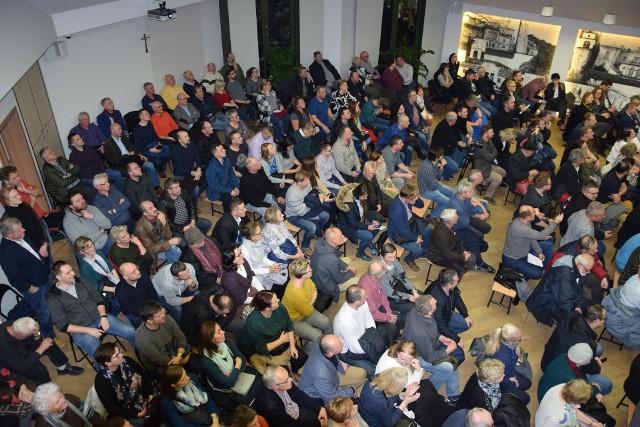 Tłum mieszkańców gminy Zabierzów na spotkaniu z przedstawicielami spółki Centralny Port Komunikacyjny i dyskusje o wariantach linii kolejowej