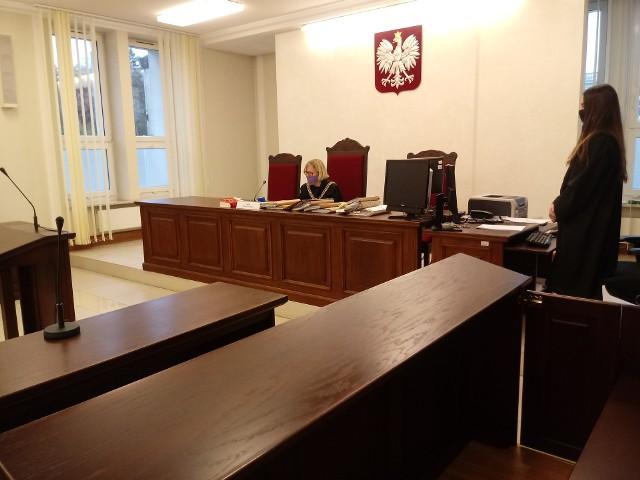 Wyrok został ogłoszony przy pustej sali. Ani pokrzywdzony ani oskarżona nie pojawili się w sądzie.