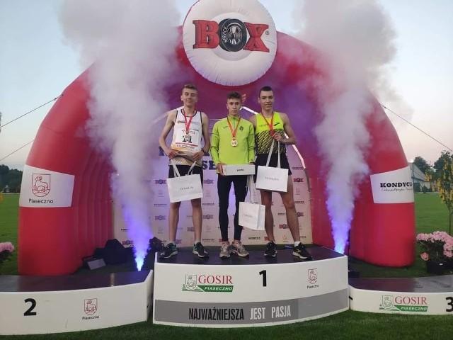 Zdobywca drugiego miejsca w Mistrzostwach Polski na 5000 metrów do lat 20, Mateusz Gos z Warki (z lewej).