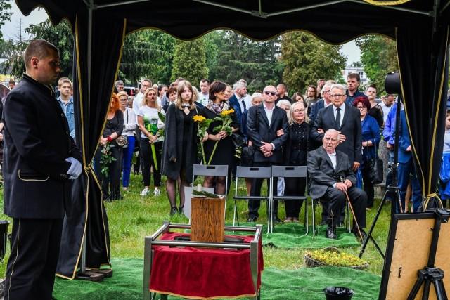 W sobotę tłumy żegnały parę bydgoskich sportowców, którzy zginęli przed tygodniem w Tatrach. W ostatniej drodze Bartosza i Anny towarzyszyli rodzina, przyjaciele, znajomi i osoby związane z bydgoskim środowiskiem biegaczy.Czytaj więcej na kolejnych slajdach. Przesuń zdjęcie gestem lub naciśnij strzałkę w prawo.