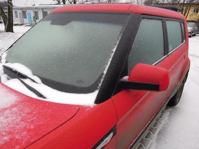 Tragedia w Kutnie. Policjanci znaleźli w samochodzie niedaleko stacji benzynowej dwóch martwych mężczyzn