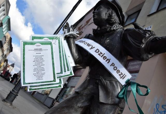 """""""Zabierz wiersze do domu"""" - pod takim hasłem przebiega akcja w Inowrocławiu z okazji Światowego Dnia Poezji. Na figurkach żaków przy ulicy Królowej Jadwigi oraz przy wejściu do Parku Solankowego, pozawieszane zostały kartki z wierszami inowrocławskich autorów, uczęszczających na warsztaty literackie w bibliotece. Każdy może zabrać taką kartkę. Dziś (21 marca) o godz. 18 biblioteka zaprasza do saloniku przy ul. Kilińskiego 16 na spotkanie autorskie, podczas którego Michał Siewkowski zaprezentuje utwory ze swego najnowszego zbioru pt. """"Na tyłach wiersza""""."""