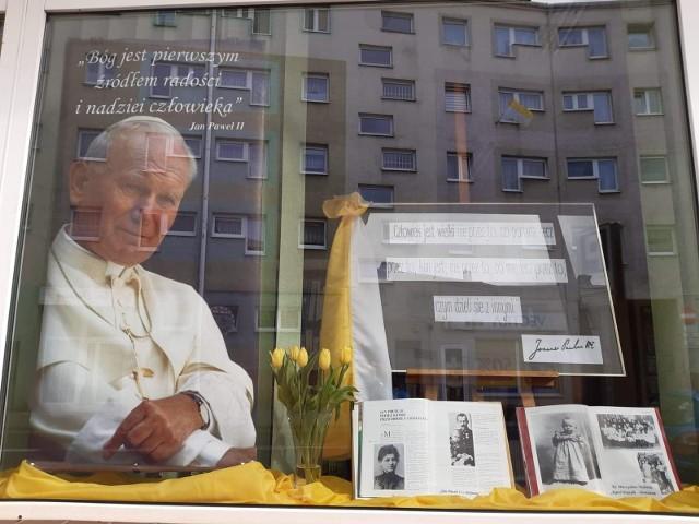 Okolicznościowa wystaw w oknie wypożyczalni książek przy ul. Dąbrowskiego w Nakle