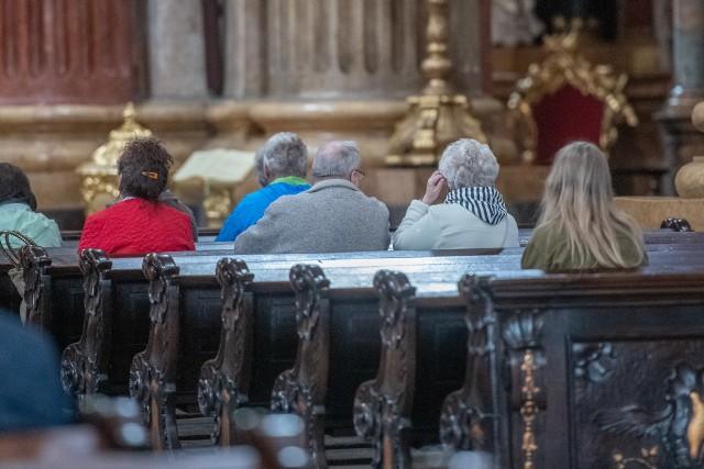 Od niedzieli, 7 czerwca w archidiecezji poznańskiej nie obowiązuje dyspensa od udziału w niedzielnej mszy świętej. Nadal obowiązuje natomiast zakrywanie twarzy maseczką oraz zachowanie bezpiecznego dystansu. Sprawdziliśmy, czy w niedzielę kościoły w Poznaniu wypełniły się wiernymi. Zobacz zdjęcia z poznańskiej fary i kościoła franciszkanów przy placu Bernardyńskim.Przejdź do kolejnego zdjęcia --->