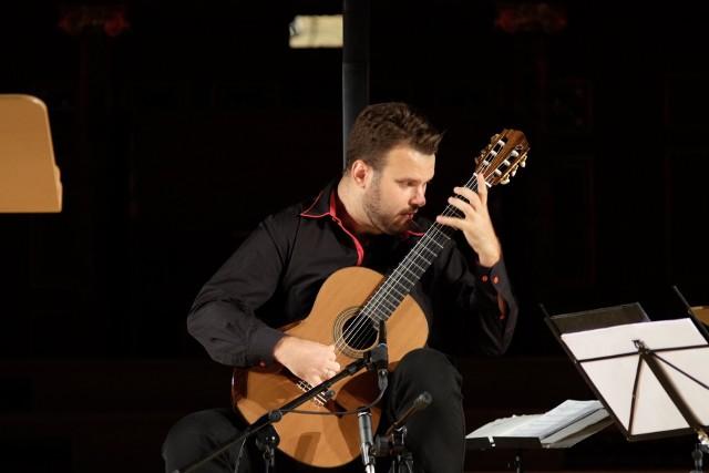 Łukasz Kuropaczewski tym razem do współpracy zaprosił młodego pianistę i kompozytora Aleksandra Dębicza