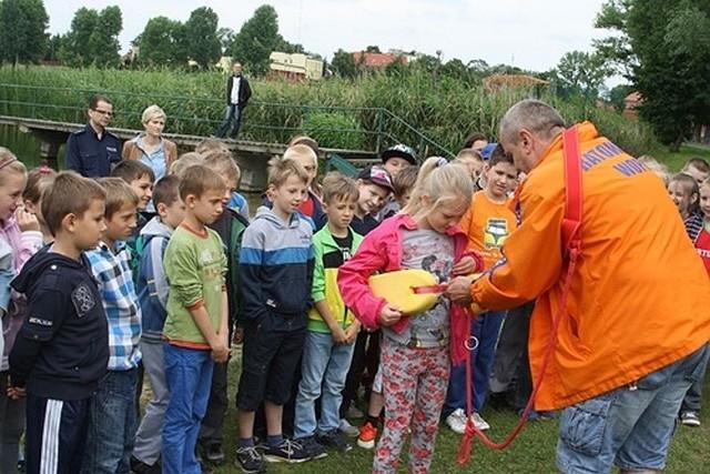 Podczas spotkania z policjantami i ratownikami WOPR dzieci z Międzychodu poznały zasady bezpiecznego wypoczynku nad wodą.
