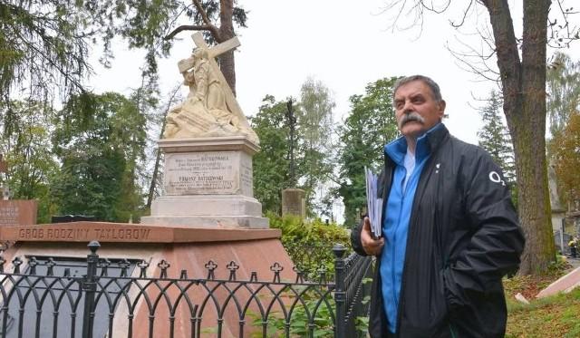 Stanisław Szrek pokazuje odnowiony w tym roku grobowiec Taylorów z początku XX wieku wystawiony dla żony adwokata w 1903 roku.