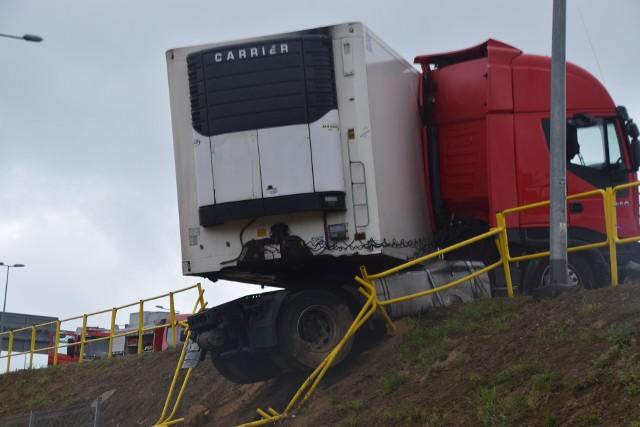 Po raz kolejny na ul. Kleeberga doszło do wypadku z udziałem samochodu ciężarowego. Tym razem pojazd wypadł z drogi i zawisł na nasypie.