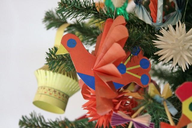 Zanim w naszych domach zagościły świąteczne choinki, dekorowano je innymi ozdobami. Do ich przygotowania wykorzystywano wiecznie zielone gałęzie, słomę i inne naturalne materiały.