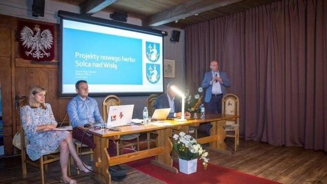 Warianty herbu przedstawione były podczas konsultacji w siedzibie Urzędu Miasta i Gminy w Solcu nad Wisłą. Głosować można było do 20 lipca.