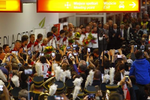 Powitanie siatkarzy na lotnisku w Warszawie. Tłumy kibiców przywitały Mistrzów Świata. Była orkiestra, śpiewy i flagi [ZDJĘCIA]