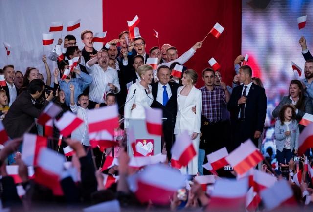 Według cząstkowych wyników PKW Andrzej Duda wygrał drugą turę wyborów prezydenckich.