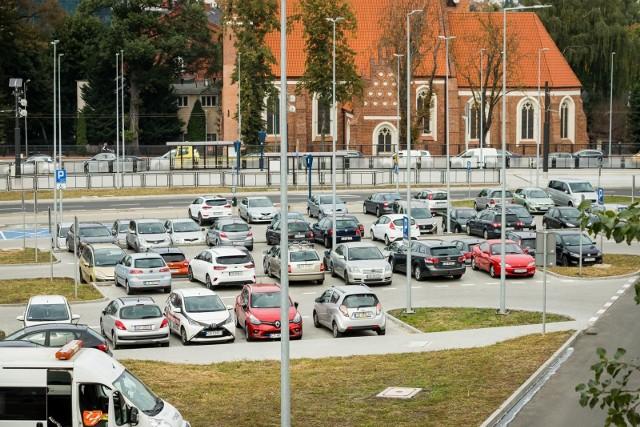 Parking przy rondzie Bernardyńskim jest zawsze wypełniony po brzegi, luźniej jest na oddalonym o kilkaset metrów parkingu przy rondzie Kujawskim.