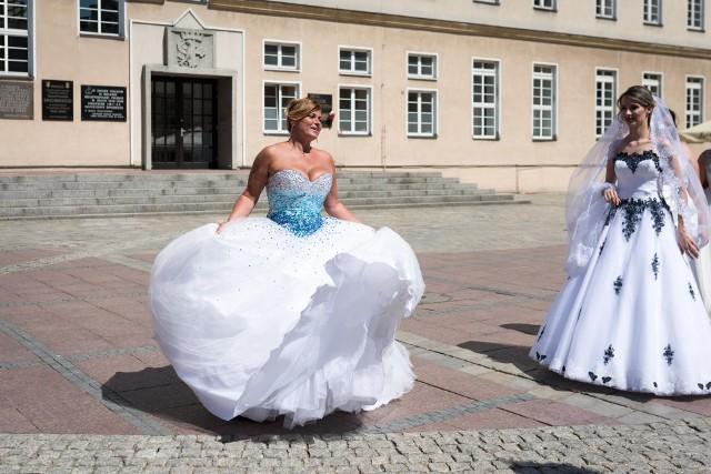 """Impreza rozpoczęła się o godz. 12.00 przy hali Okrąglak. Tam odbyły się pokazy mody ślubnej, sesje zdjęciowe. Nie zabrakło tańca i występów wokalnych. W paradzie wzięli udział także sportowcy klubu Gwardia Opole, którzy razem z opolskimi pannami młodymi przyjechali piętrowym autobusem na Rynek, skąd wyruszył """"biały marsz""""."""