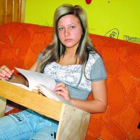 Magdalena Kotowska odrabia lekcje przy specjalnym stoliku, który zrobił jej ojciec. Bo nie może się pochylać. – Chciałabym, aby sąd wydał sprawiedliwy wyrok – mówi.