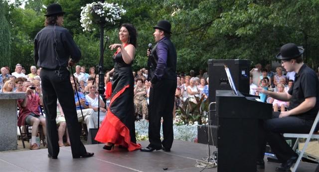Barbara Tritt - sopran i Damian Suchożebrski - bas śpiewali już w Grudziądzu w ogrodzie botanicznym. Tym razem, 17 grudnia  wprowadzą inny nastrój - przed nadchodzącymi świętami Bożego Narodzenia zaśpiewają kolędy