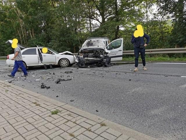 Na drodze DK8 rośnie korek. Droga w stronę Kłodzka zablokowana po zderzeniu dwóch aut.