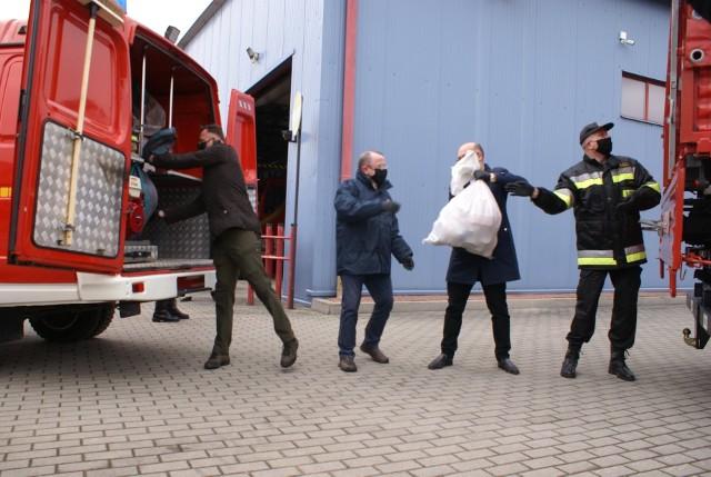 Do pięciuset najbardziej potrzebujących mieszkańców powiatu jędrzejowskiego trafiła żywność. Pomagały władze i strażacy.