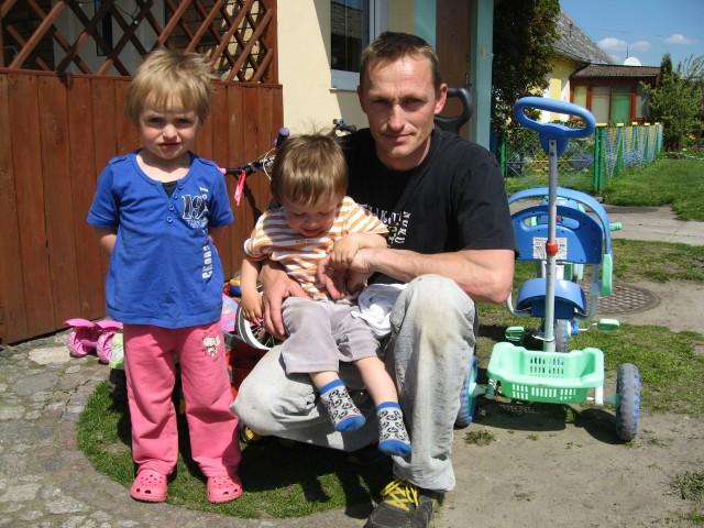 Daniel Andrzejak z 3,5 letnią Zuzią i 2 letnim Szymkiem. Poza nimi ma jeszcze trójkę dzieci. Od miesiąca zajmuje się nimi sam.