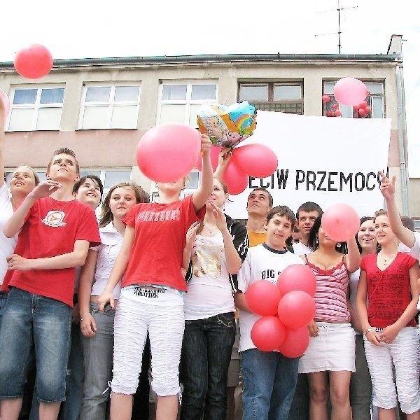 """Uczniowie """"Dwójki"""", podobnie jak ich koledzy z  całej Polski, punktualnie w południe wyrzucili w  powietrze czerwone balony - symbol odcięcia się  od przemocy."""