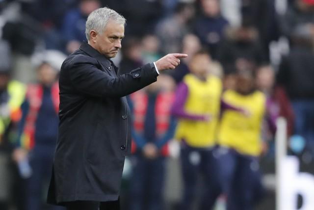 """Nie raz wszyscy mieli go już serdecznie dosyć, a jednak wiadomość o powrocie Jose Mourinho na trenerską ławkę zelektryzowała media i kibiców. Nie wiadomo jak poradzi sobie w Tottenhamie, wiadomo za to, że nudno raczej nie będzie. Wcześniej nie było.Bo prawda jest taka, że choć trudno jest znaleźć trenerów bardziej od Portugalczyka utytułowanych, to jeszcze trudniej kogoś na tym stanowisku, który budzi tak skrajne emocje. Jedni go kochają, inni wprost przeciwnie. Nierzadko są to nawet te same osoby. Na przykład...[Uruchom galerię klikając w ikonę """"następne zdjęcie"""", strzałką w prawo na klawiaturze lub gestem na ekranie smartfonu]"""