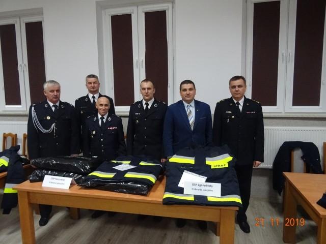 W uroczystości uczestniczyli: Wójt Gminy Paweł Klonowski, prezesi i naczelnicy jednostek odbierających sprzęt oraz Komendant Powiatowy PSP z Brodnicy.