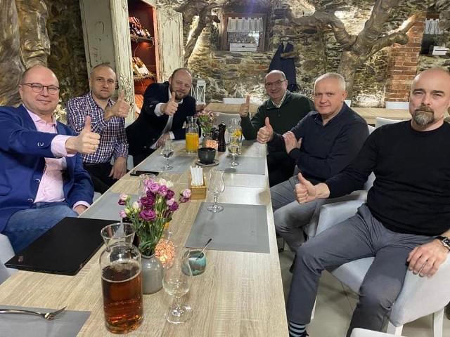 Spotkanie radnych Sejmiku Dolnego Śląska w restauracji mimo obowiązujących obostrzeń.