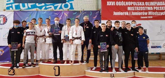 Nasi judocy zaprezentowali swoje niemałe umiejętności podczas zawodów Olimpiady Młodzieży. Prezes Zbigniew Pacholczyk (w białej maseczce) z dumą stoi na podium idealnie nad jedynką. To symboliczne zachowanie, wszak Gwardia jest numerem 1