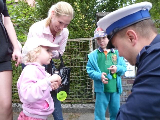 Policjanci rozdali odblaski mieszkańcom Wielgowa, Dąbia i Głebokiego.