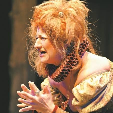 Elżbieta Donimirska w roli Pani Betterton pokazuje cały swój kunszt. Kapelusz z głowy!