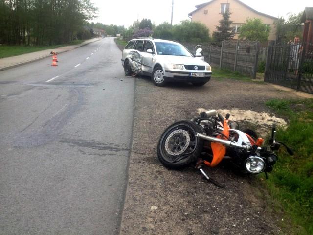Tragiczny wypadek w Słomkowie w skierniewickim. Motocyklista uderzył w samochód osobowy. Kierowca zajechał mu drogę
