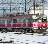 Zdezelowany skład kolejowy utknął w polu na trasie ze Słupska do Trójmiasta