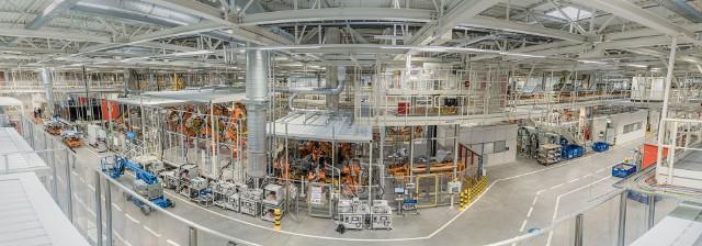 Po dwóch latach rozbudowy i 2 miliardach złotych zainwestowanych w nowe hale, maszyny i urządzenia, na ostatniej prostej jest już rozbudowa zakładu Volkswagen Poznań w Antoninku. Zobacz zdjęcia, jak fabryka prezentuje się od wewnątrz.
