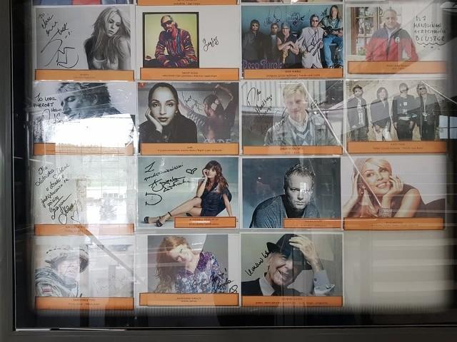 W galerii sław na łódzkim lotnisku są podpisane zdjęcia sławnych osób, które lądowały lub odlatywały z Portu Lotniczego im. Reymonta.