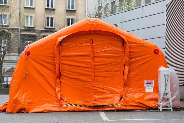 Namioty barierowe, na których zakup zostanie przeznaczona zebrana kwota, to wynalazek kierownika Centrum Symulacji Medycznych Warszawskiego Uniwersytetu Medycznego Marcina Kaczora.