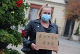 Cichy protest kobiet w Żorach. W milczeniu i z wymownymi transparentami spacerowały po Rynku. Po wyroku TK ws. aborcji zapłonęły też znicze