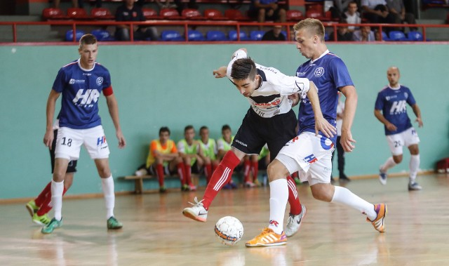 Sebastian Brocki (z prawej) asystował przy golu na 2:1 dla Heiro Rzeszów w meczu z GKS-em Tychy
