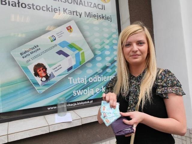 Wnioski złożone były na początku roku i dopiero teraz udało mi się odebrać mój elektroniczny bilet, siostry i taty – pokazuje Ewa Pryszczepko. Jak wiele innych osób nie jest zadowolona, że uruchomienie e-karty w Białymstoku znów się odwleka.