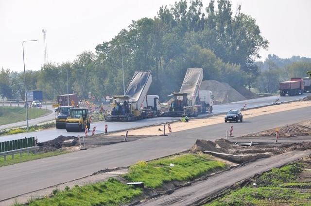 Tak wyglądał plac budowy na odcinkach: Wronczyn - Kościan Południe oraz Kościan Południe - Radomicko, czyli fragmentach drogi ekspresowej S5 Poznań - Wrocław. Droga ma być w pełni przejezdna w Wielkopolsce do końca 2019 roku.Przejdź do następnego zdjęcia ----->