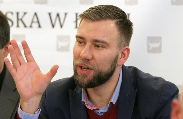 Bartosz Domaszewicz mówi, że jego krytyczne wypowiedzi a propos polityki rządu PiS były o wiele szersze i wielowątkowe, ale polski korespondent Die Welt ds. Europy Wschodniej Gerhard Gnauck, nie skorzystał ze wszystkich