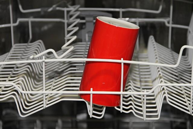 Zmywarka to spore ułatwienie w każdym domu. Dzięki niej większość naczyń jest szybko i porządnie umyte bez większego wysiłku.