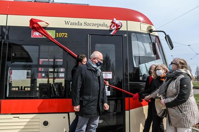 W piątek, 9.04.2021 r., profesor Wanda Szczepuła, pierwsza kobieta-profesor na Politechnice Gdańskiej, została patronką gdańskiego tramwaju. W uroczystości wzięli udział: rodzina, znajomi, przedstawiciele uczelni oraz władze miasta.